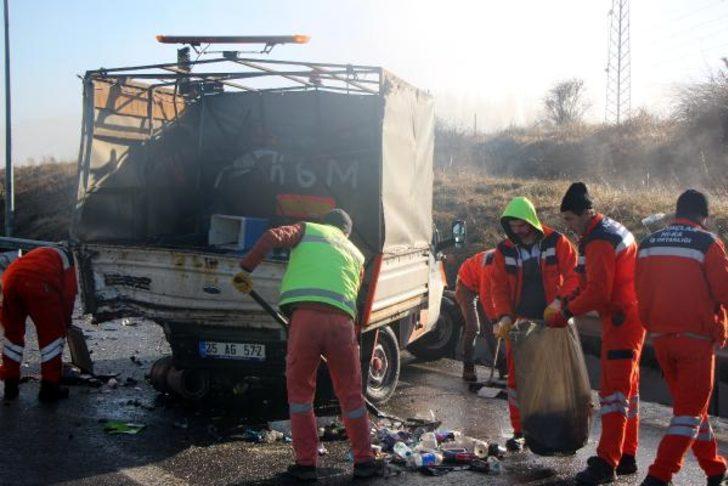 Otomobil, Karayolları'nın kamyonetine çarptı: 5 yaralı