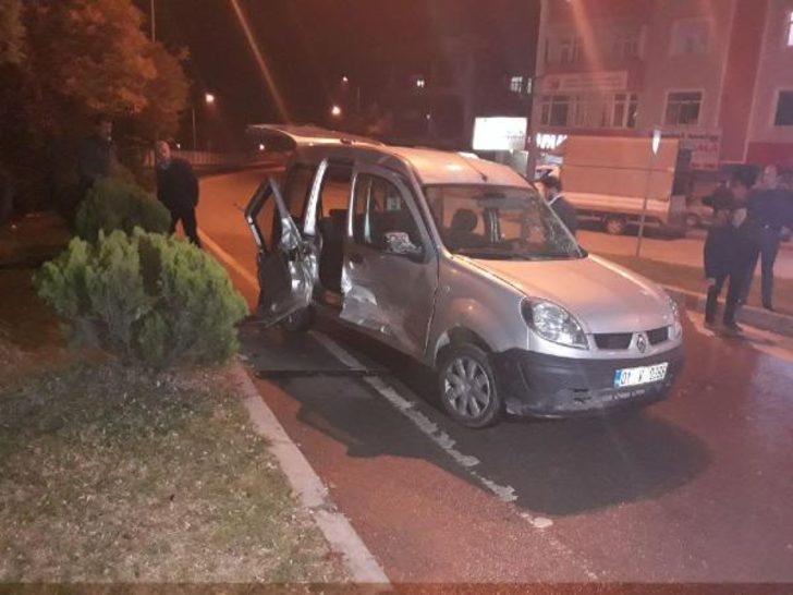 Otomobil kavşakta hafif ticari araca çarptı: 4 yaralı