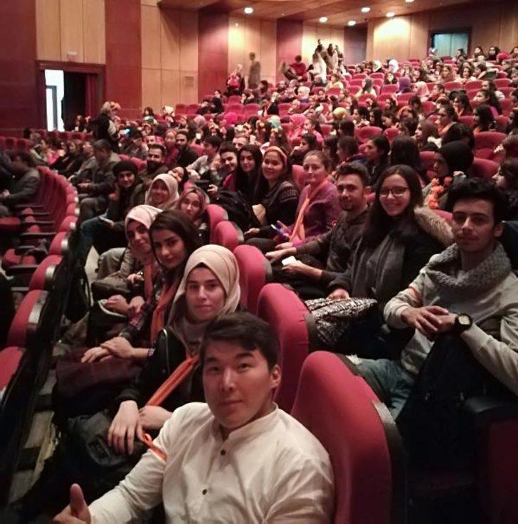 Yabancı öğrenciler, ilk kez Türkçe tiyatro oyunu izlediler