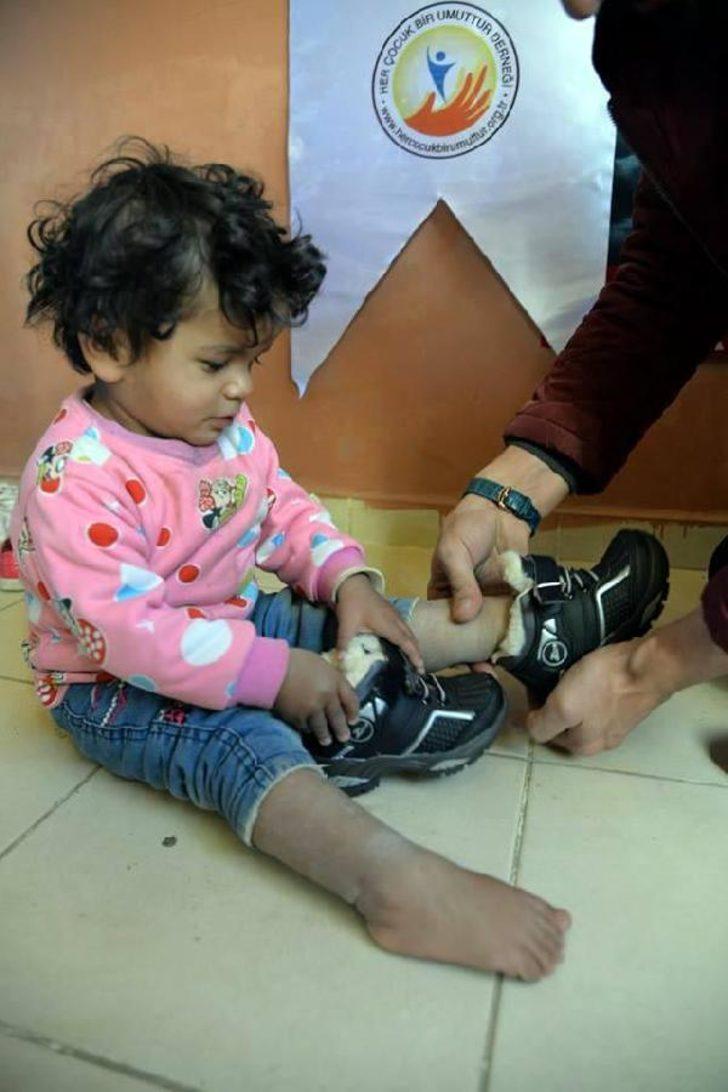 Hakkari'nin dağ köyündeki minikleri sevindiren yardım