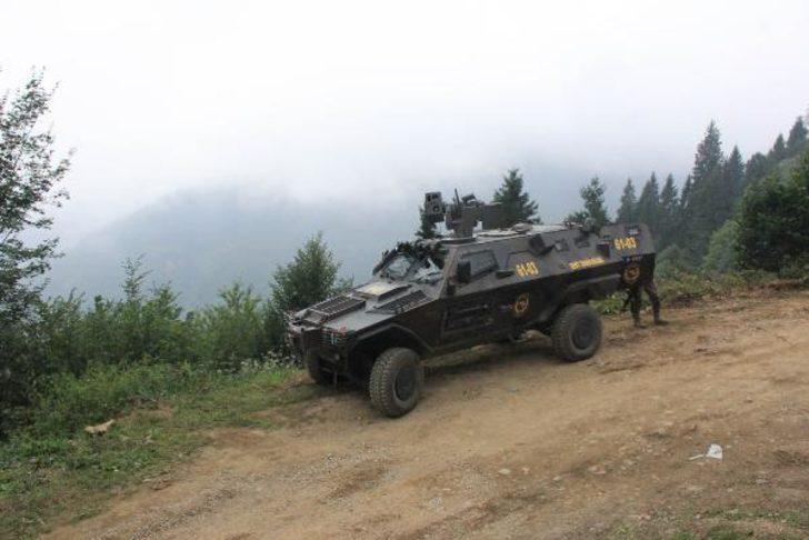 Trabzon'da PKK sığınağında ele geçirilenleri özel ekip inceliyor