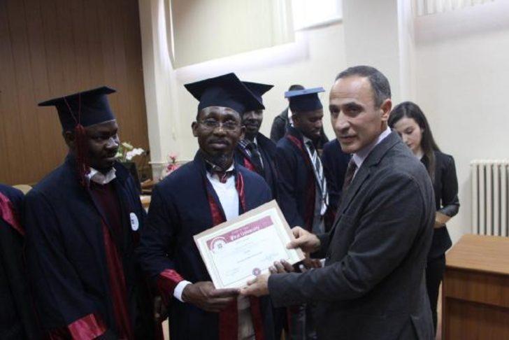 Elazığ'da Ganalı öğretmen adayları sertifikalarını aldı