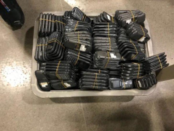 Dubai'den getirilen bin 585 kaçak cep telefonu ele gecirildi