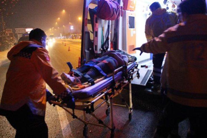 Otomobil kırmızı ışıkta bekleyen minibüse çarptı: 6 yaralı