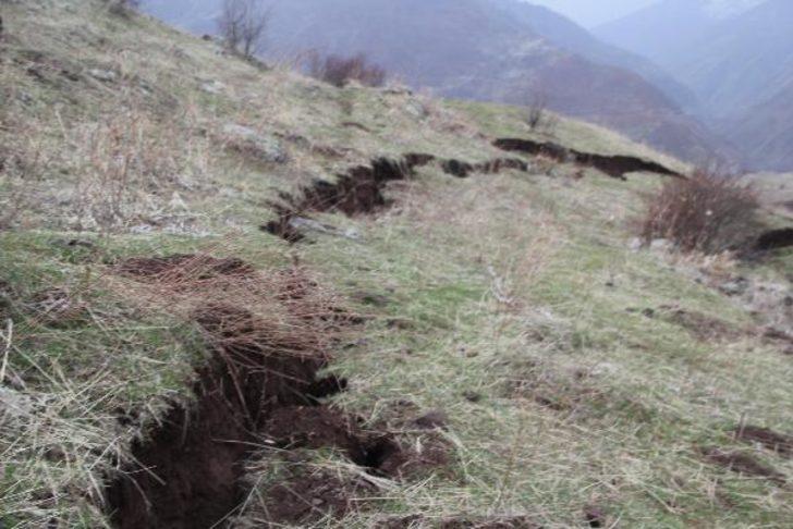 Bingöl'de demir yolu inşaatının neden olduğu heyelan köylüleri korkutuyor