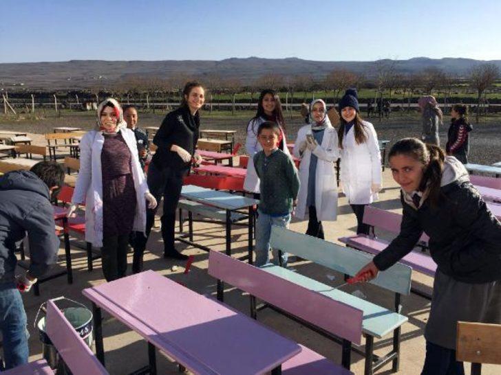 Öğretmen ve öğrenciler, sıra ve masaları rengarenk boyadı