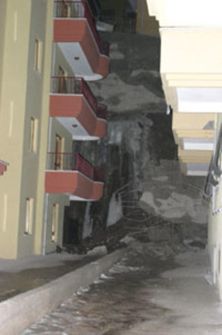 Keçiören'de bir binanın istinat duvarı çöktü