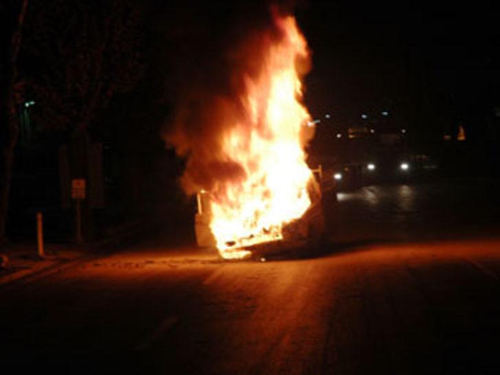 Alevler içerisinde yanan araç patladı
