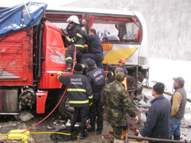 Otobüs kamyonla çarpıştı: 5 ölü