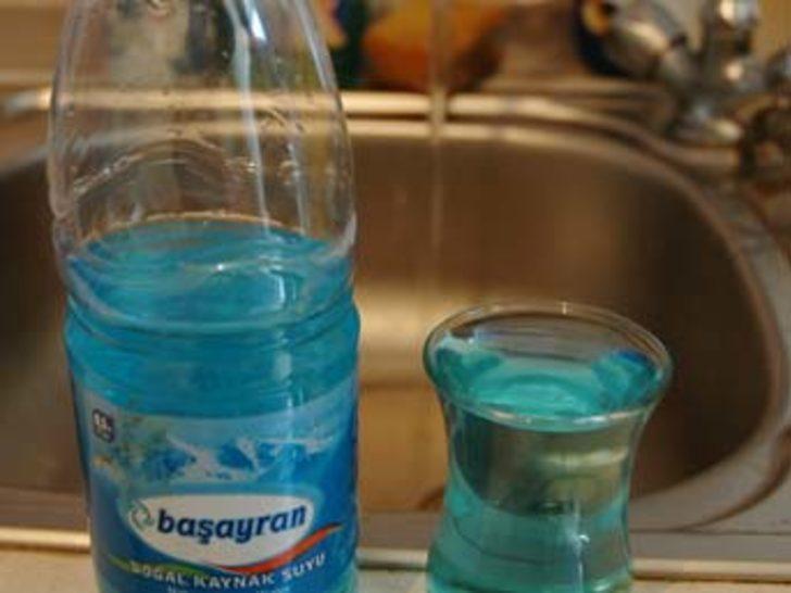 Musluktan mavi su akıyor