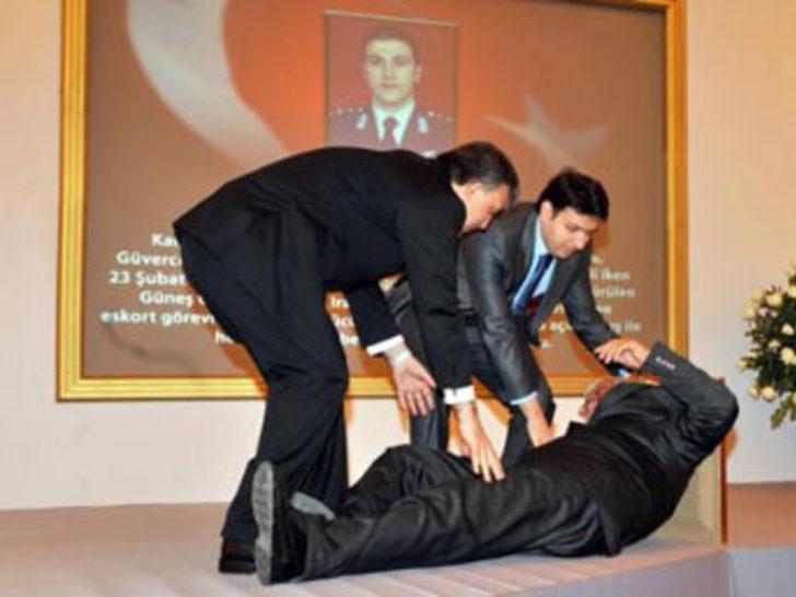 Şehit yüzbaşının babası törende bayıldı