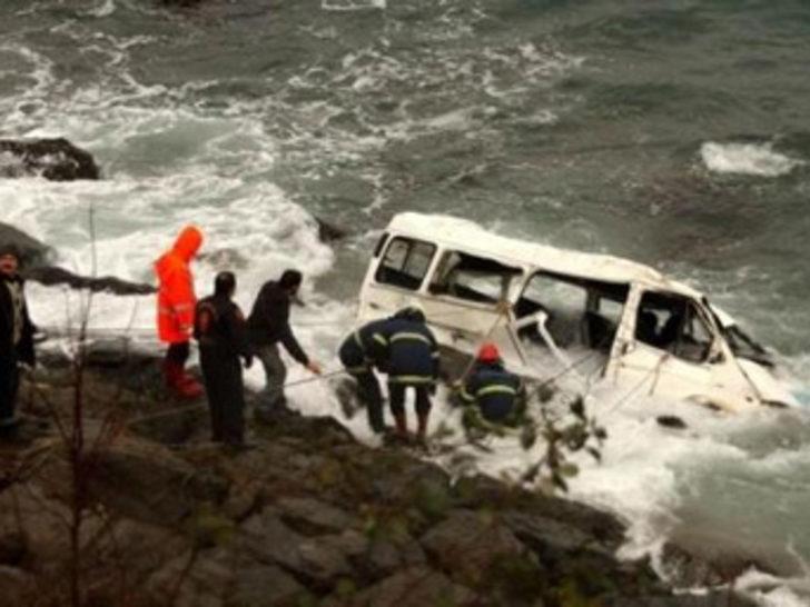 Yolcu minibüsü denize yuvarlandı: 2 ölü
