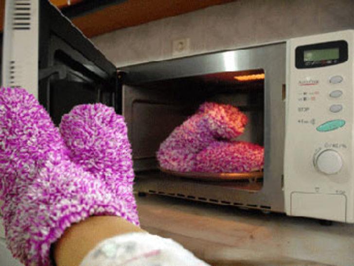 Fırında ısıtılan çoraplar ilgi çekiyor