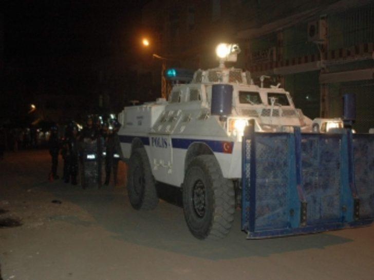 Göstericilere polis engeli