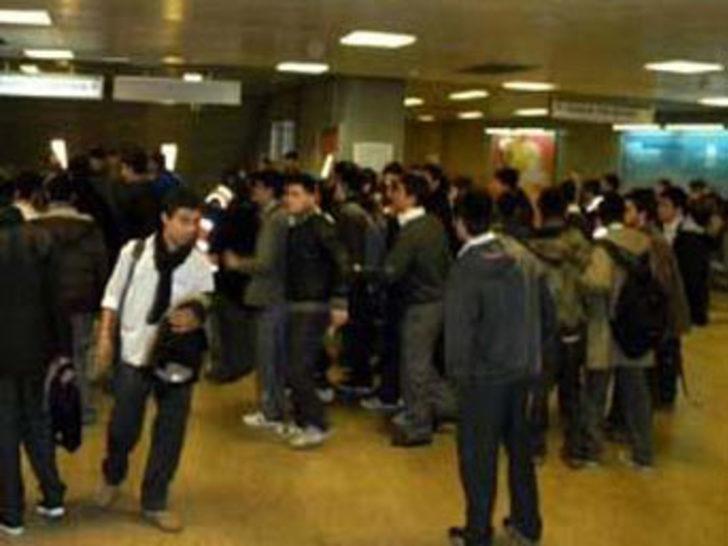 Metroda sağ sol kavgası