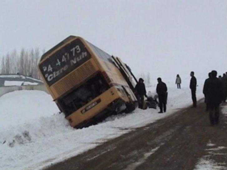 Buzlanmadan dolayı yolcu otobüsü yan yattı