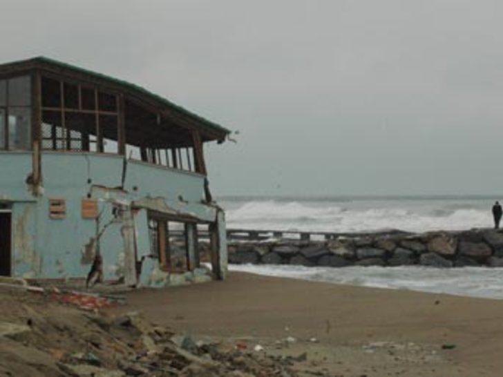 Dev dalgalar 16 yazlık evi yıktı