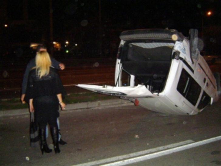 Yılın ilk kazasında arabayı ters çevirdi ama!