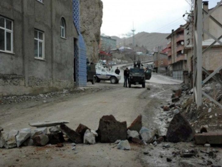 Hakkari'de korsan gösteriye polis müdahalesi
