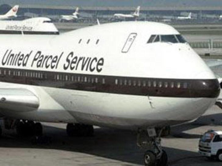 Flaş...Kargo uçağı otoyola düştü