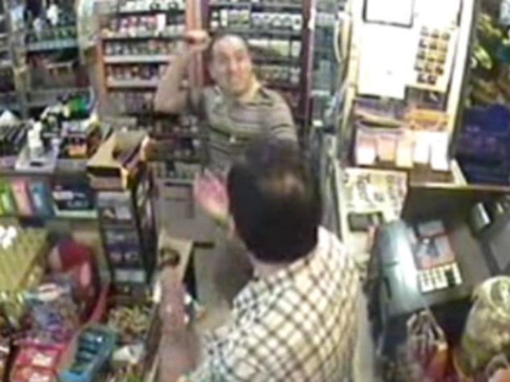 Hırsızı sopayla dövdü