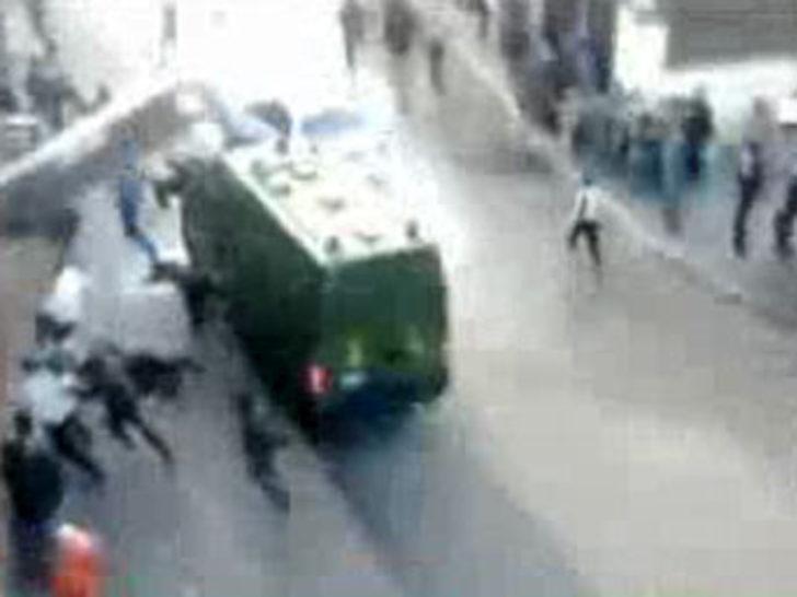 Polis minibüsü göstericileri böyle ezdi