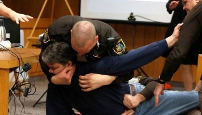 Üç kızını taciz eden sanığa mahkeme salonunda saldırdı