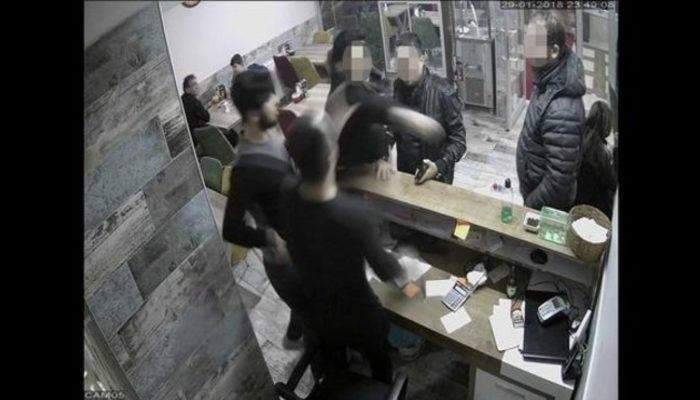 Polis 'bizimle ilgilenmiyorsun' diye garsonu dövdü