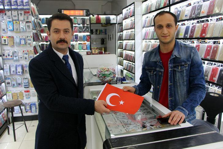 MHP, Tokat'ta esnafa bayrak dağıttı