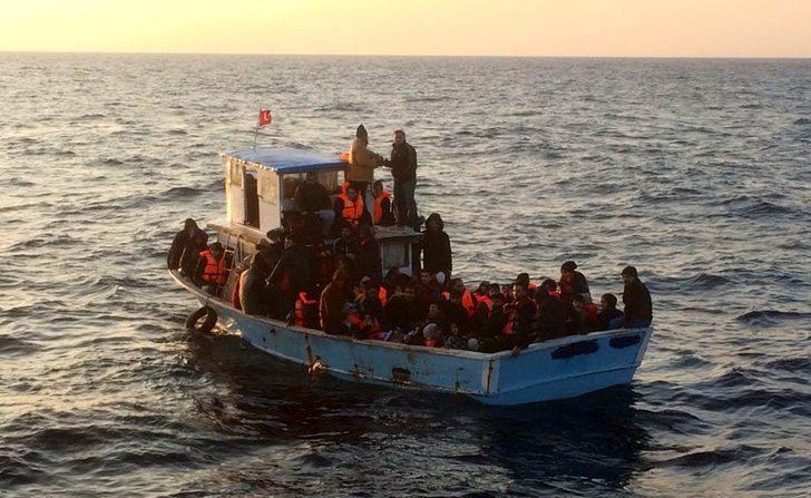 Arıza yapan teknedeki kaçakları, Sahil Güvenlik kurtardı