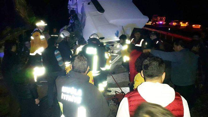 Milas'ta kamyonla TIR çarpıştı: 3 yaralı