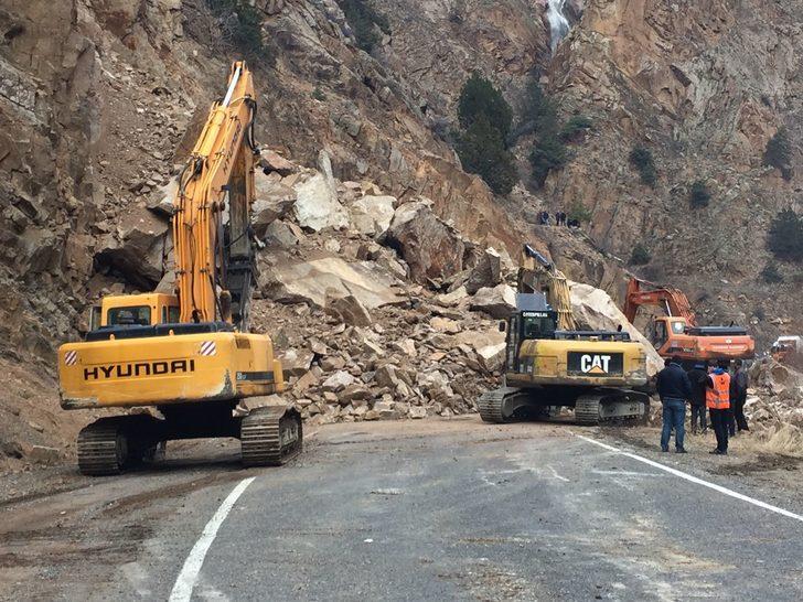 Artvin-Ardahan karayolu heyelan nedeniyle ulaşıma kapandı (2)