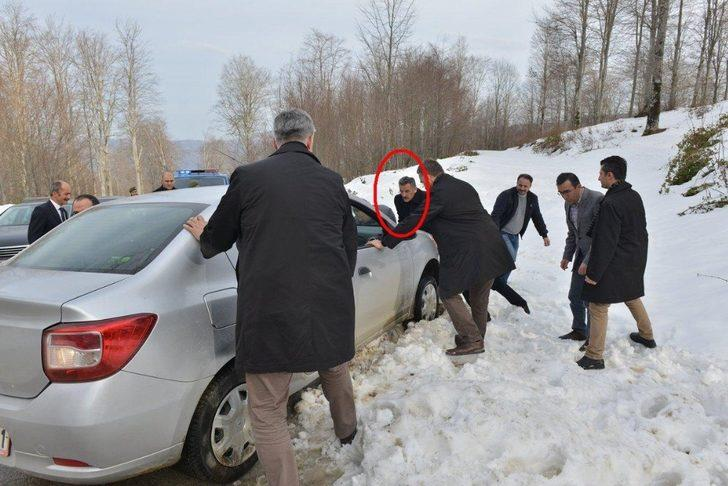Vali, karda yolda kalan vatandaşın aracını itti