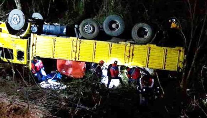 İşçileri taşıyan kamyon şarampole uçtu: 2 ölü, 8 yaralı