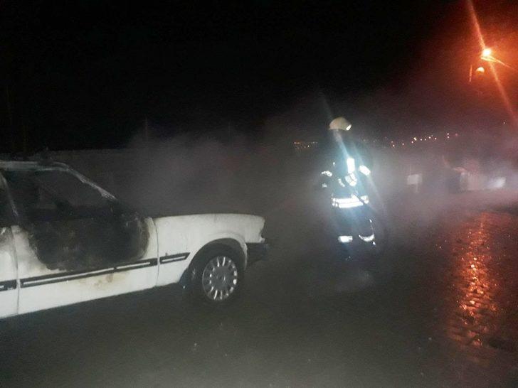 Motor kısmı tutuşan LPG'li otomobil alev alev yandı