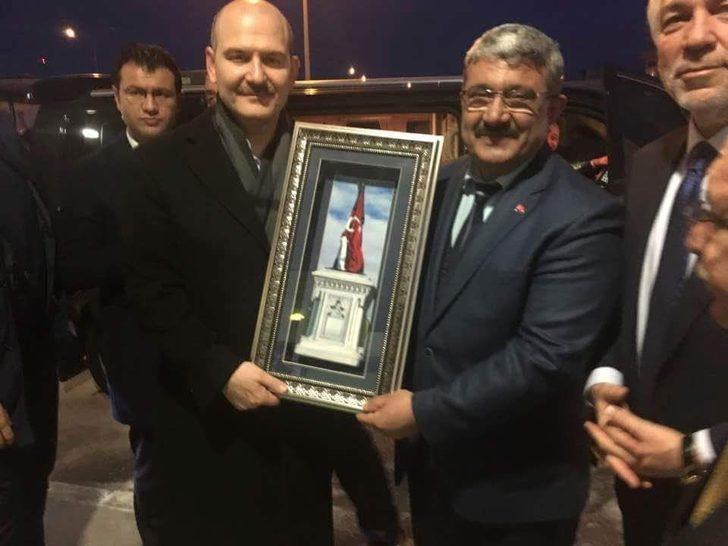 Başkan Karabulut'tan Bakan Soylu'ya Şehit Sancaktar Anıtı'nı simgeleyen el yapımı  tablo
