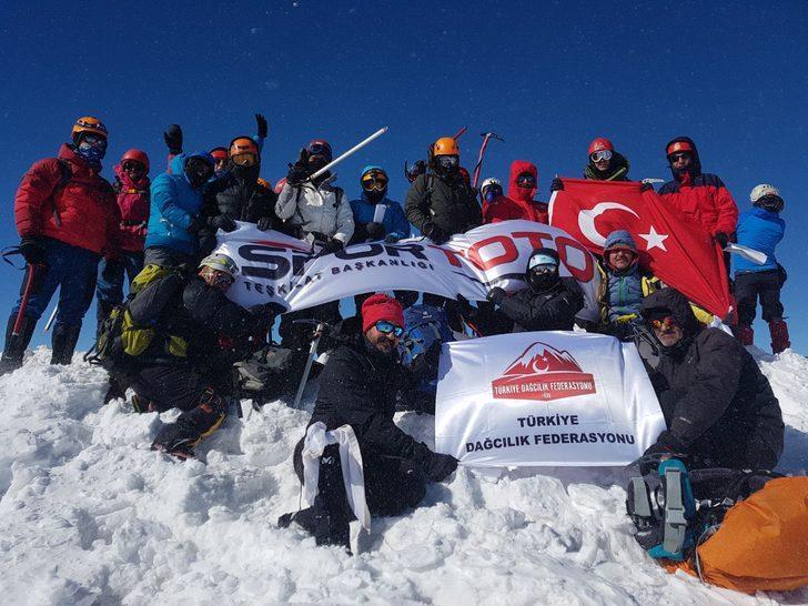 Süphan Dağı kış tırmanışında 28 dağcı zirve yaptı
