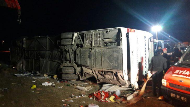 Van'da yolcu otobüsü devrildi: Ölü ve yaralılar var ile ilgili görsel sonucu