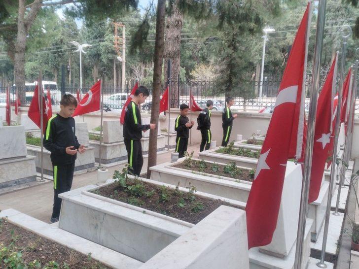 Minik futbolcular şehitlikte Mehmetçik için dua etti