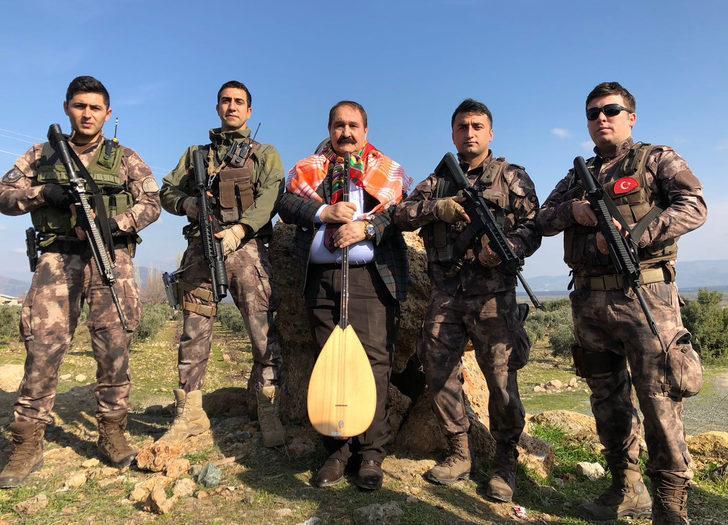 Halk ozanı, askere destek için Hassa'ya gitti
