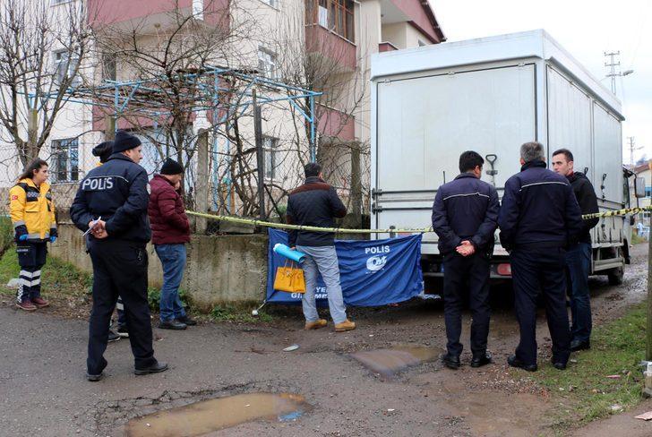 Geri manevra yapan kamyonetin altında kalan kadın öldü