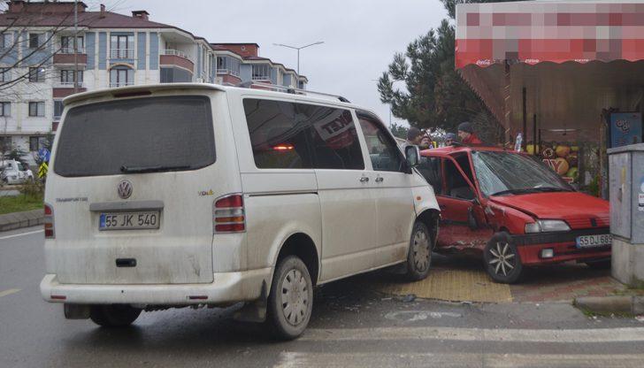 Bafra'da otomobil ile minibüs çarpıştı : 2 yaralı