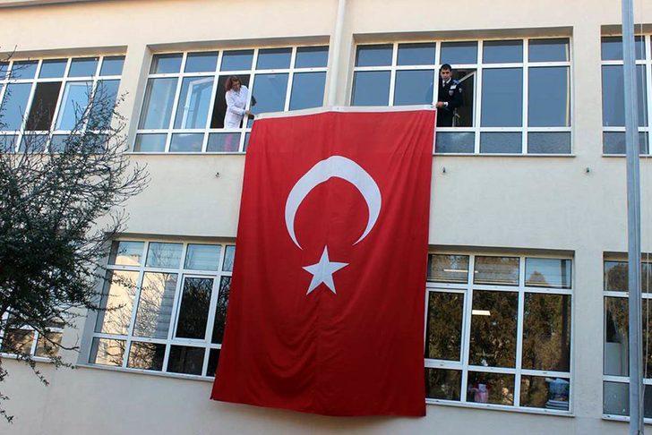 Şehit Teğmen'in eşinin okuluna Türk bayrağı asıldı