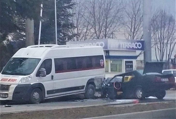 Alkollü sürücü önce kamyona sonra servis minibüsüne çarptı
