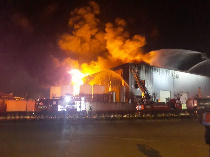 Dilovası'nda parfüm fabrikasında yangın (1)