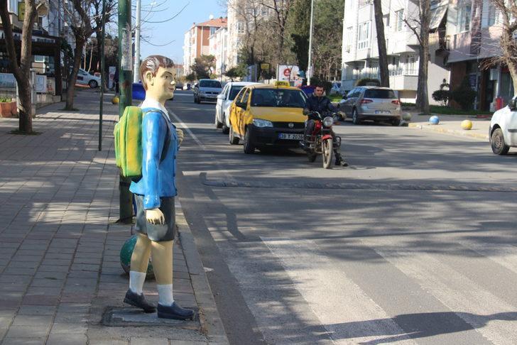 Sürücülere okul önünde öğrenci maketli 'kaza' uyarısı
