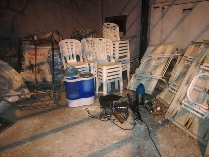 Eşyaları çek çek arabasına koyup çalan hırsızlar yakalandı