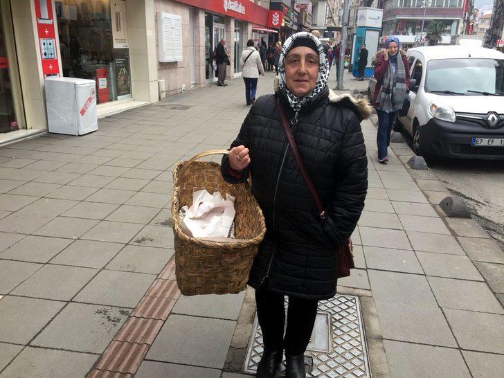 50 yaşındaki kadın aile bütçesine katkı için simit satmaya başladı