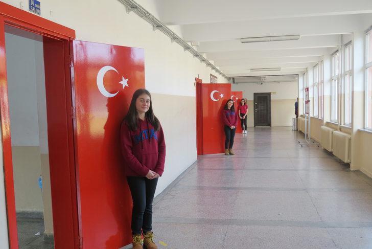 Trabzon'da okulun sınıf kapıları Türk bayrağı motifi ile boyandı