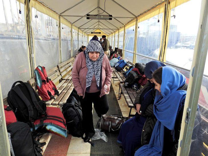 Çeşme'de botları su alan 52 kaçak kurtarıldı